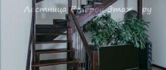Комбинированная (лиственница/сосна) Г-образная лестница 90 градусов с забежными ступенями