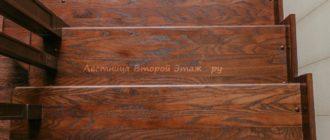 Комбинированная (ясень/сосна) П-образная лестница 180 градусов с забежными ступенями