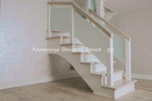 Комбинированная (лиственница/сосна) П-образная лестница 180 градусов с площадкой и стеклянными ограждениями