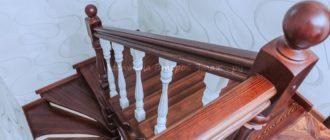 Комбинированная (лиственница/сосна) П-образная лестница 180 градусов из сосны с забежными ступенями