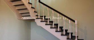 Г-образная лестница 90 градусов из сосны с площадкой