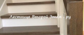 П-образная лестница на второй этаж из бука