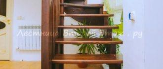 Г-образная лестница 90 градусов из сосны с забежными ступенями