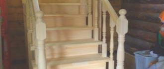 Фото Г-образная деревянная лестница с забежными ступенями на даче