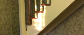 Фото Г-образная деревянная лестница с забежными ступенями на мансарду