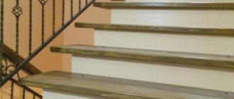 Фото бетонная лестница на второй этаж облицованная деревом с забежными ступенями