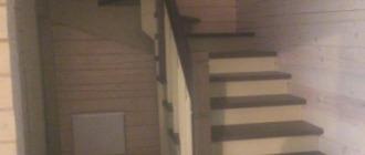 Фото П-образная деревянная лестница 180 градусов на косоуре