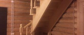 Фото Г-образная деревянная лестница с забежными ступенями