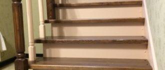 Фото Г-Образной деревянной лестницы с забежными ступенями на второй этаж