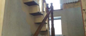 Облицовка бетонной П-образной деревянной лестницы с забежными ступенями на второй этаж
