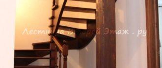 Комбинированная (лиственница/сосна) П-образная лестница 180 градусов с забежными ступенями