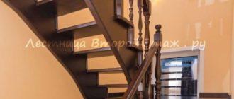 Комбинированная П-образная лестница (лиственница/сосна) с прямой площадкой