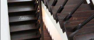 Комбинированная (лиственница/сосна) облицовка П-образной лестницы с площадкой