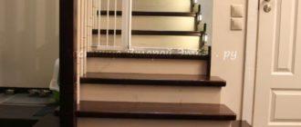 Комбинированная (лиственница/сосна) облицовка П-образной лестницы с забежными ступенями