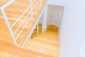 Комбинированная (лиственница/сосна) облицовка прямой лестницы
