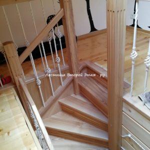 Г-образная деревянная лестница с забежными ступенями.
