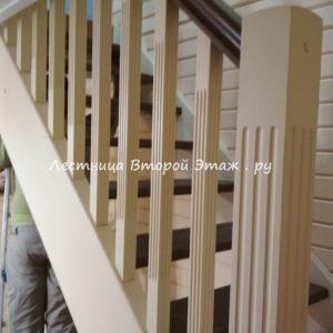 Открытая П-образная лестница из сосны с забежными ступенями