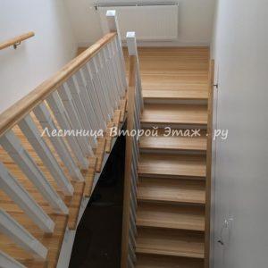 П-образная деревянная лестница с площадкой