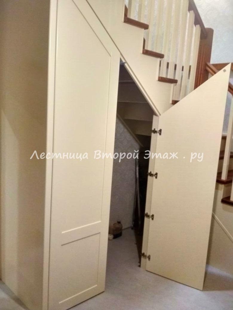 Открытая г-образная деревянная лестница с площадкой из сосны с подлестничным шкафом